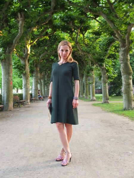 Auf dem Weg zu einer Feier von Freunden am Mainufer in einem Kleid von Cos und Sandalen von Emporio Armani