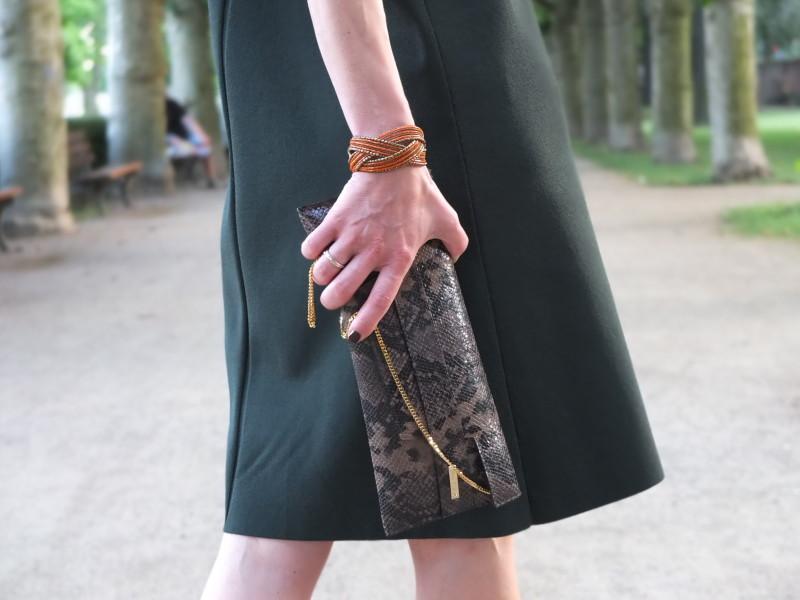 Die Clutch ist von Max Mara, das Armband aus Plastikperlchen habe ich in Amsterdam in einem kleinen Laden von Modestudentinnen gekauft.